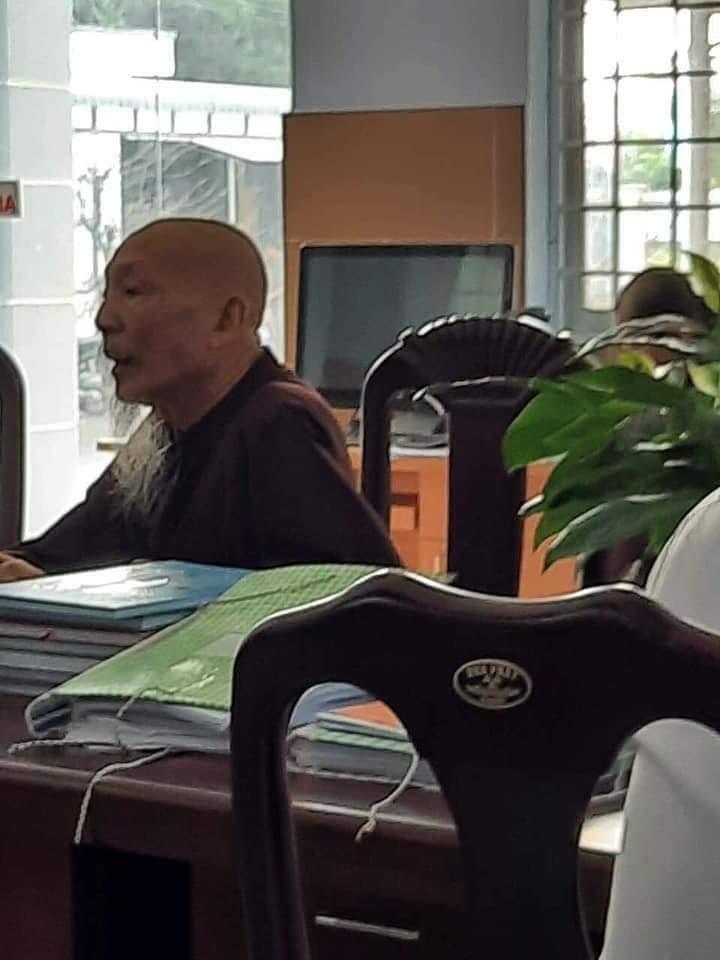 Dân mạng xôn xao hình ảnh 'thầy ông nội' Tịnh thất Bồng Lai ôm trẻ sơ sinh chạy khỏi cơ quan công an? - Hình 4