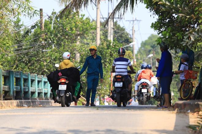 Chạy 60 km đi Củ Chi xem vây bắt Tuấn Khỉ - Hình 1