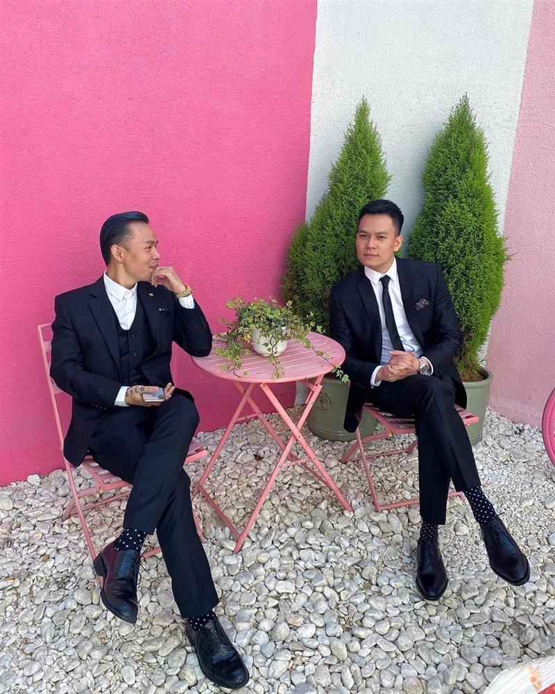 Cận cảnh hàm răng kim cương tiền tỷ của Binz khi tham dự đám cưới Tóc Tiên. - Hình 10