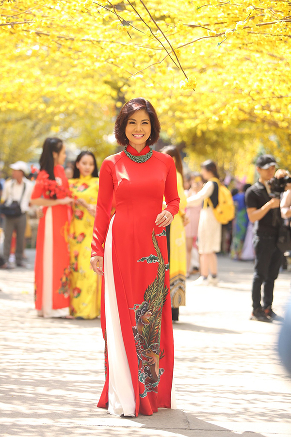 Hồ Lệ Thu khoe dáng Xuân với áo dài Sài Gòn Xưa và Chuột Vàng - Hình 4