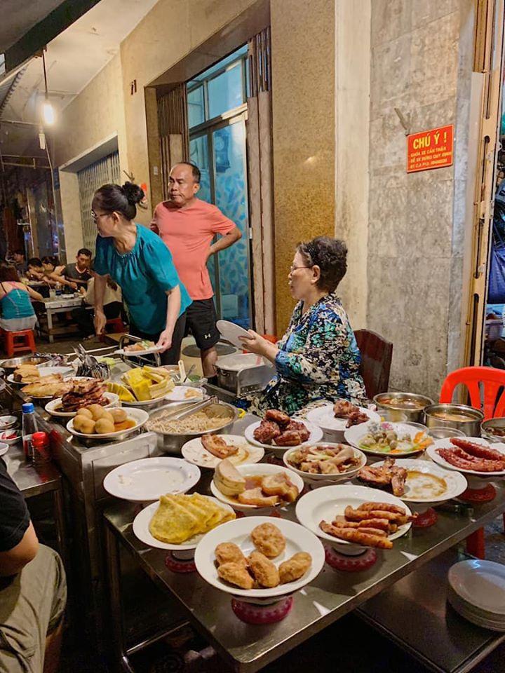 Những quán ăn ven đường không rẻ vẫn hút khách ở TP.HCM - Hình 7