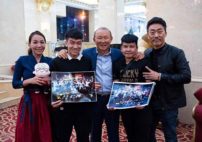 HLV Park Hang Seo tặng quà nữ võ sĩ boxing Việt Nam - Hình 1