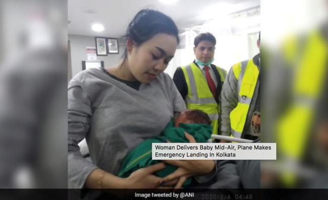 Máy bay hạ cánh khẩn vì sản phụ sinh con giữa chuyến bay - Hình 1