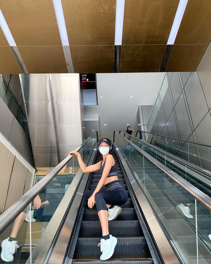 Hhen Niê vòng 3 cong vút, Jun Phạm cơ bắp cuồn cuộn khi tập gym giữa mùa dịch Corona - Hình 1