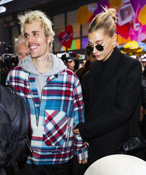Justin Bieber đầu bù tóc rối, trái ngược bên bà xã đẹp từ đầu đến chân nhưng hành động của cả hai mới gây chú ý - Hình 1