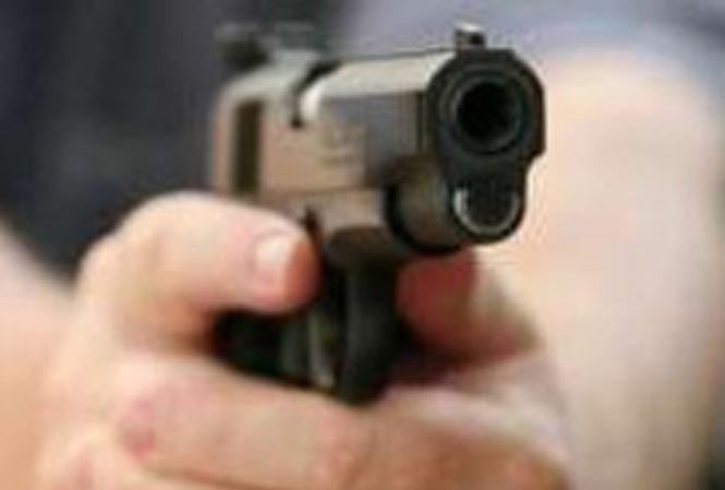 Nhờ vay tiền không được, thanh niên rút súng giả dọa cặp nam nữ - Hình 1
