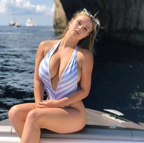Cô nàng phá rối chung kết Champions League vào rừng mặc bikini tránh Covid-19 - Hình 4
