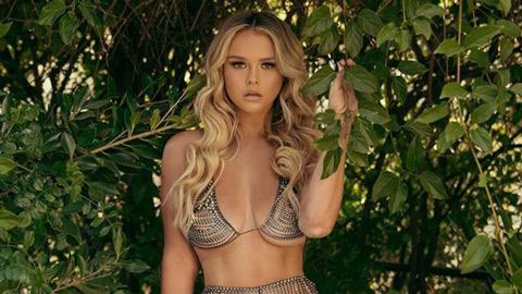Cô nàng phá rối chung kết Champions League vào rừng mặc bikini tránh Covid-19 - Hình 1