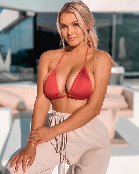Cô nàng phá rối chung kết Champions League vào rừng mặc bikini tránh Covid-19 - Hình 10