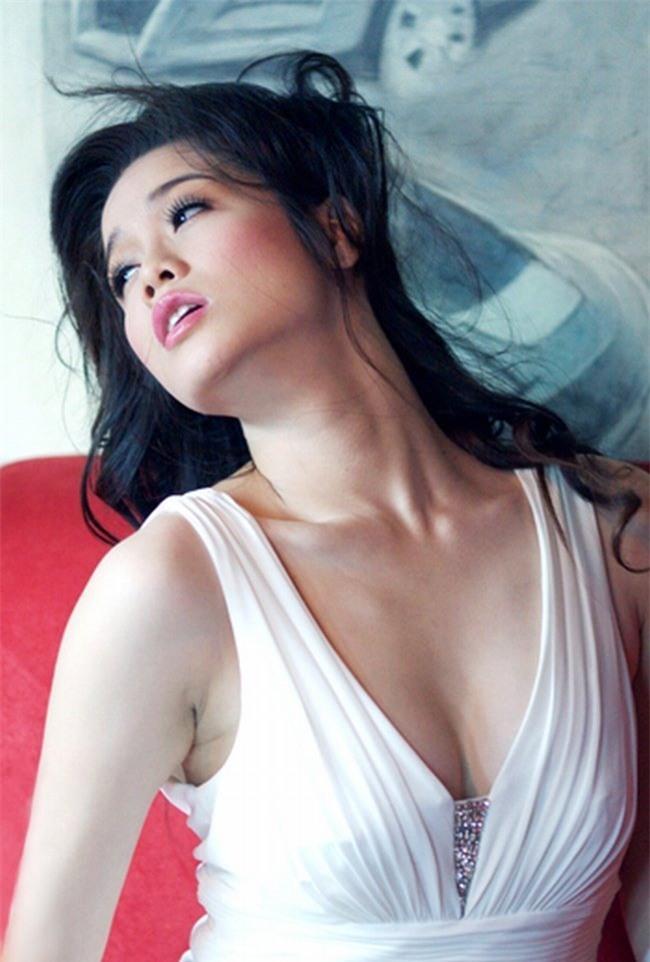 Vòng một đẹp tự nhiên, Nhật Kim Anh mặc gì cũng gợi cảm - Hình 27