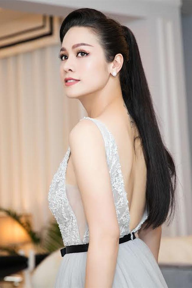 Vòng một đẹp tự nhiên, Nhật Kim Anh mặc gì cũng gợi cảm - Hình 4