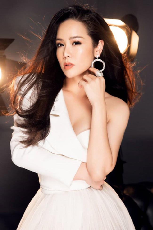 Vòng một đẹp tự nhiên, Nhật Kim Anh mặc gì cũng gợi cảm - Hình 12