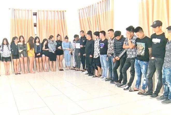 68 dân chơi bị bắt khi đang bay lắc trong quán karaoke - Hình 1