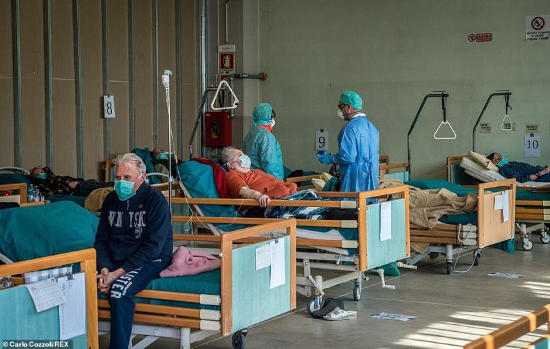 Italy: Bệnh nhân la liệt ngoài hành lang, xe quân dụng chở quan tài đi hoả thiêu - Hình 4
