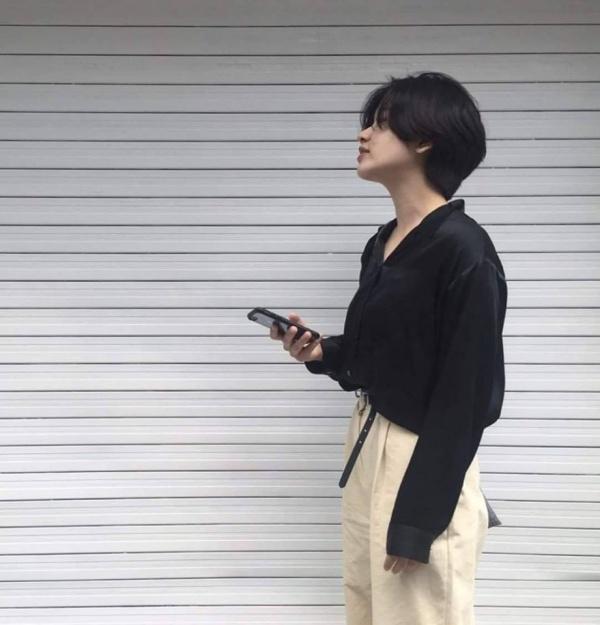 Tạm quên mái tóc dài sai sai đi, style ngoài đời của cô nàng đẹp trai Lee Joo Young cực đáng học tập - Hình 4