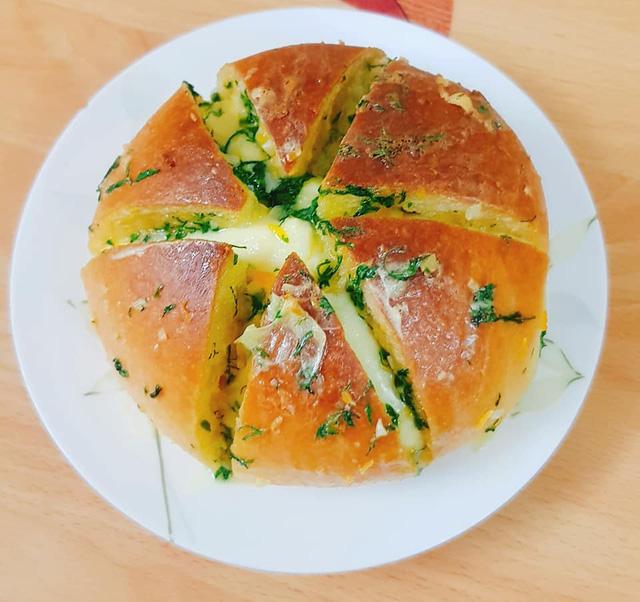 Độc lạ bánh mì phô mai bơ tỏi Hàn Quốc, khách muốn ăn phải đặt trước vài ngày, dân buôn được thể hét giá 100.000 đồng/chiếc - Hình 1