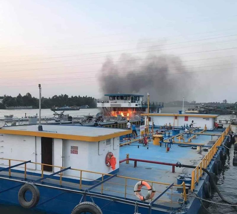 Sà lan 1.000 tấn chở xăng dầu bốc cháy ngùn ngụt trên sông Đồng Nai - Hình 1