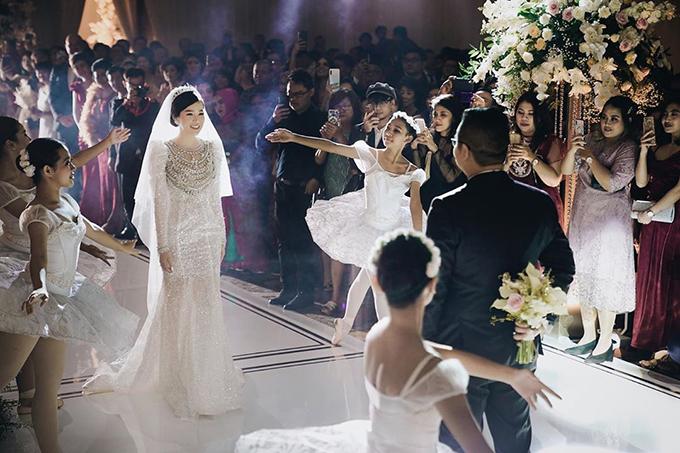 Váy cưới nữ thần Venus đính 5.000 viên Swarovski - Hình 4