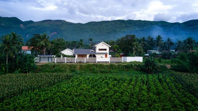 Độc đáo ngôi nhà con xây cho cha mẹ già ở Bình Định - Hình 1