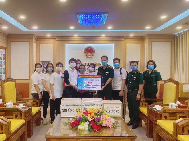 Vợ chồng Đông Nhi - Ông Cao Thắng và fanclub khủng trao tặng 35.000 khẩu trang, loạt vật dụng y tế phòng dịch Covid-19 - Hình 1