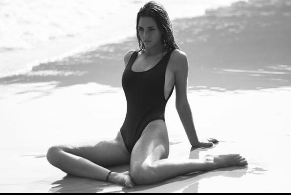 Emily Feld mặt thiên thần, thân hình bỏng rẫy gây chao đảo ở tuổi 17 - Hình 7