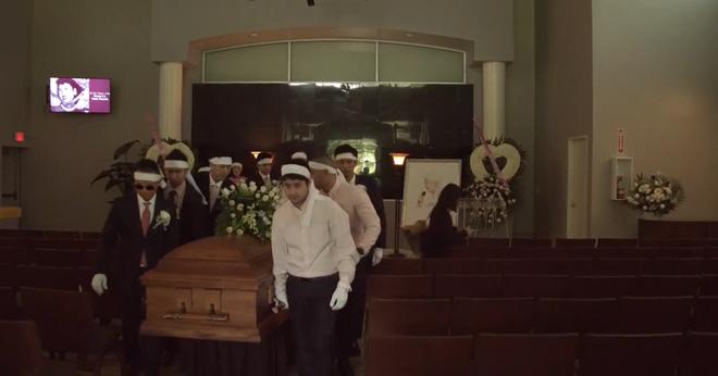 Lễ tang danh ca Thái Thanh: Chỉ có người thân, công chúng chia buồn qua livestream, Ý Lan gục bên quan tài mẹ - Hình 3