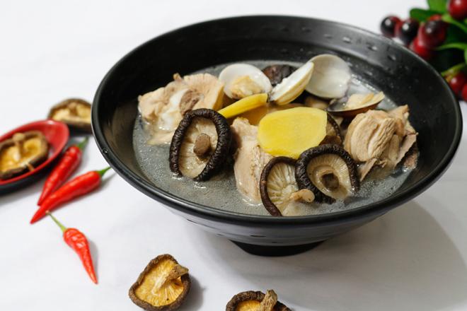 Món canh thịt gà nấu nấm hương thơm ngon khó cưỡng - Hình 1
