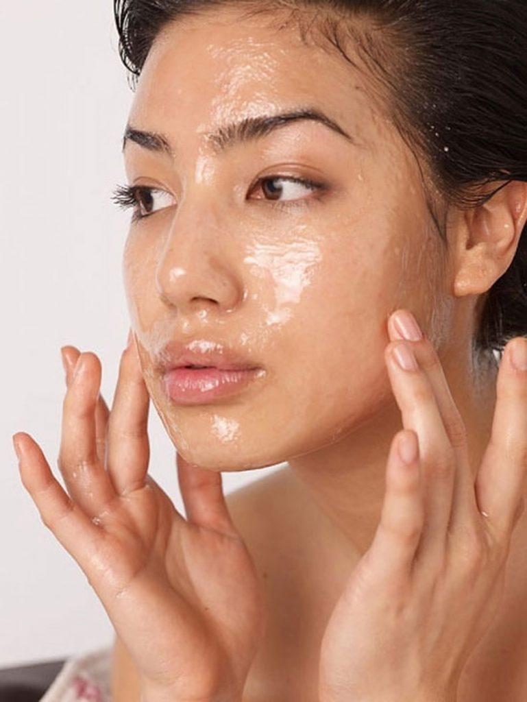 Những sai lầm khi sử dụng dầu tẩy trang khiến mụn nổi đầy mặt, da xuống cấp trầm trọng - Hình 1