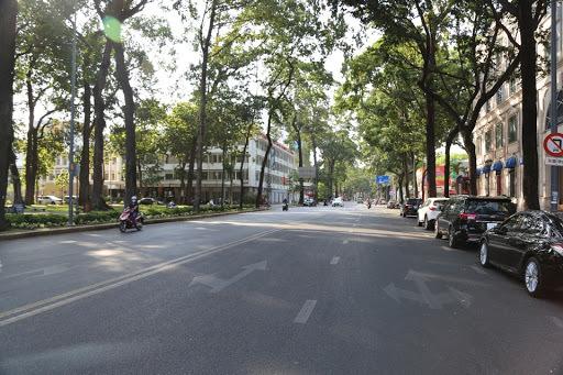 Trấn Thành và Hari Won diện đồ đôi dạo Sài Gòn giữa mùa dịch - Hình 1