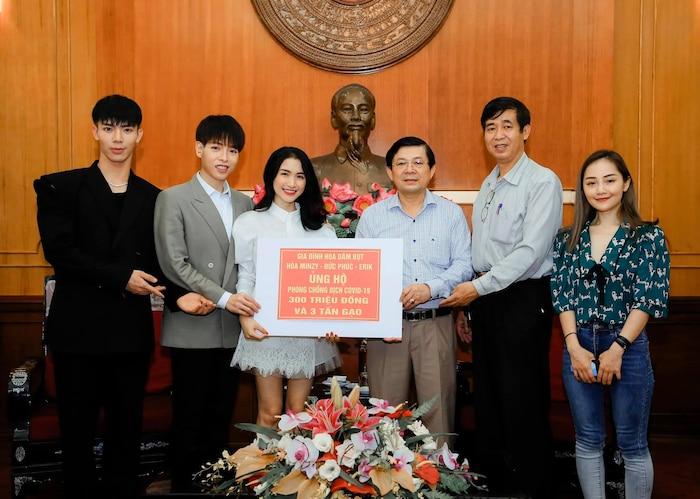 Gia đình Hoa dâm bụt ủng hộ 300 triệu và 3 tấn gạo chống COVID - 19: Khi Tổ Quốc cần, chúng em có mặt - Hình 1