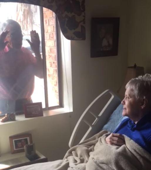 Không được vào viện dưỡng lão do dịch Covid-19, cụ ông 80 tuổi hát qua khung cửa sổ để vợ không quên mình - Hình 1