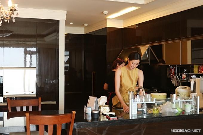 Khánh Vân học nấu ăn khi ở nhà tránh dịch - Hình 1