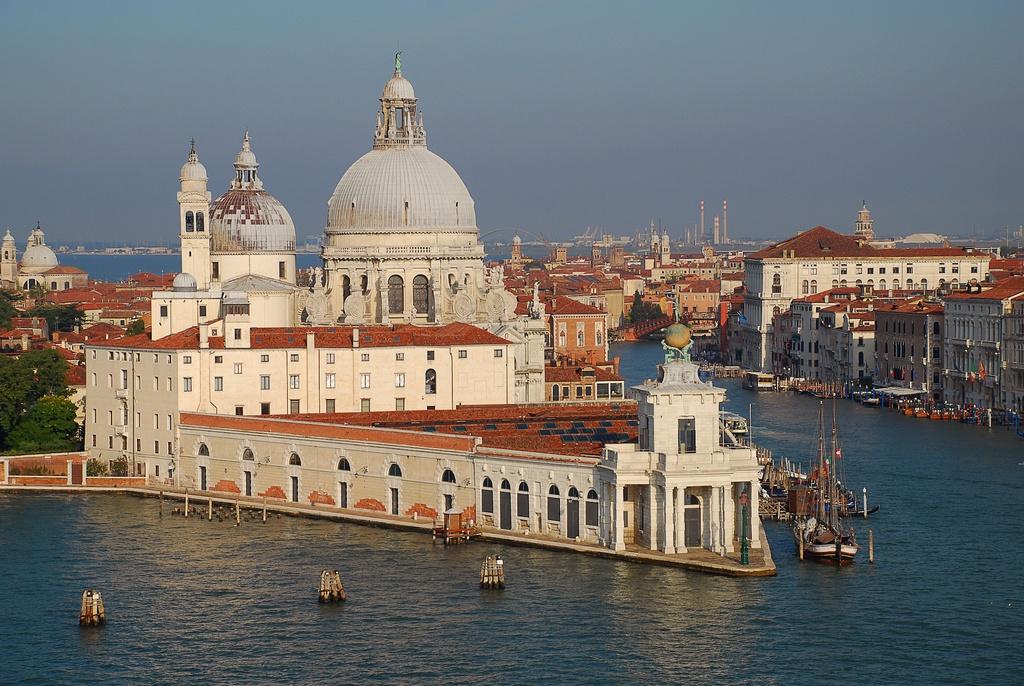 Loạt công trình nổi tiếng thế giới được xây dựng trên mặt nước - Hình 4