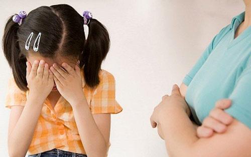 Trừng phạt con gái bằng cách này, bà mẹ tưởng được khen ngợi ai ngờ bị ném đá dữ dội - Hình 1