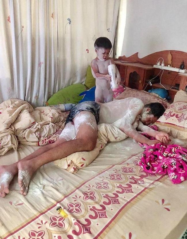 Ở nhà trông con, ông bố bị biến thành chú bạch tuyết vì trót ngủ say khi con còn thức - Hình 1