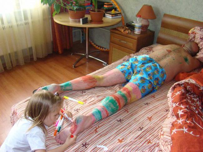 Ở nhà trông con, ông bố bị biến thành chú bạch tuyết vì trót ngủ say khi con còn thức - Hình 11