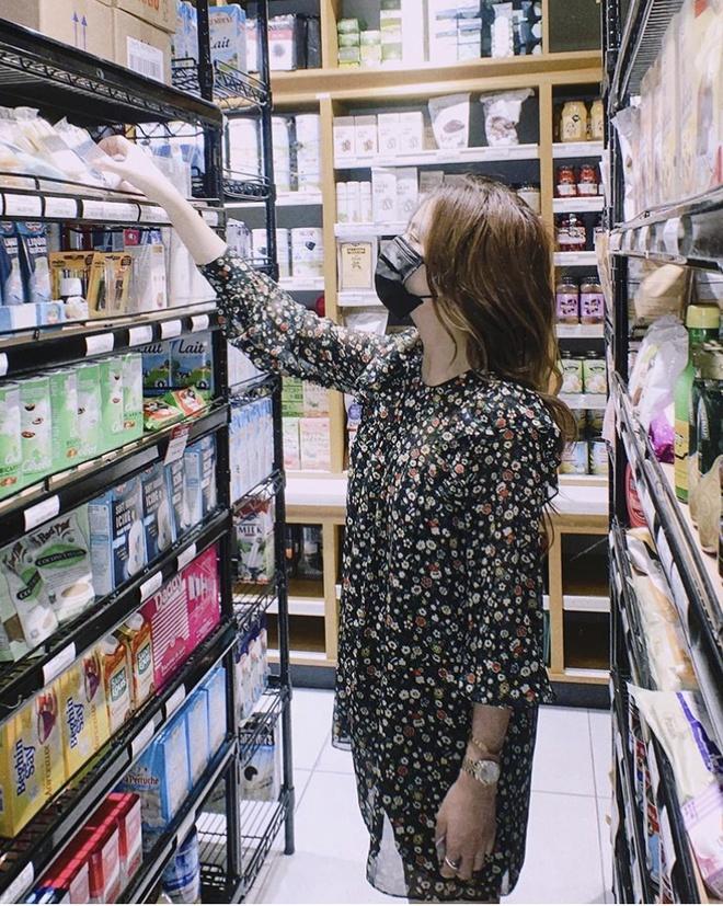 Angela Phương Trinh trùm kín trang phục bảo hộ đi mua đồ - Hình 4