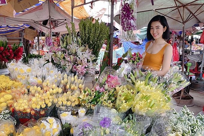 Thúy Ngân mặc cả ở chợ quê - Hình 5