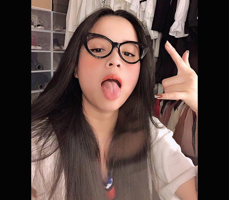 Hot girl kính cận thích thả rông vì vòng một ngày càng lên size - Hình 1