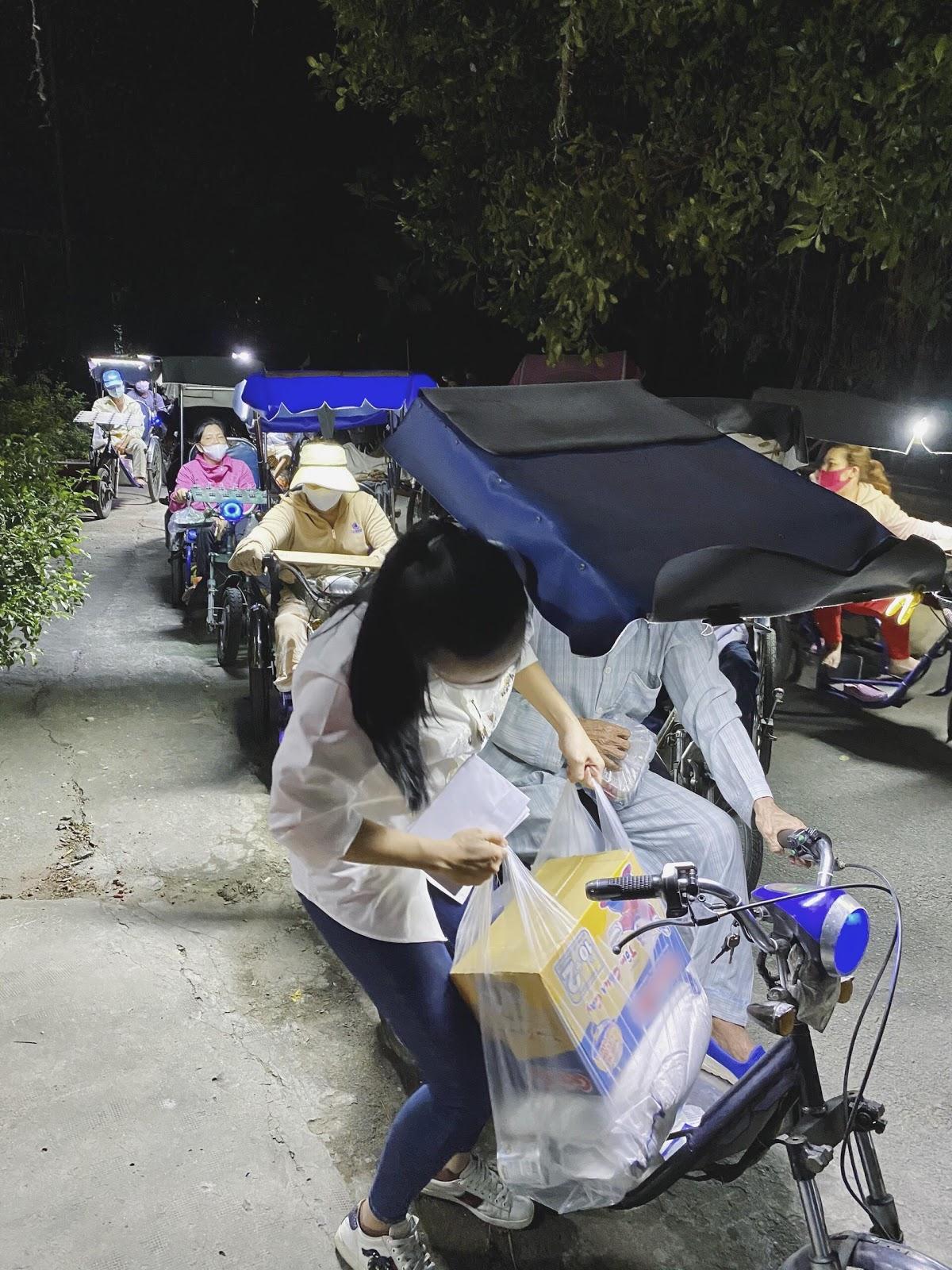 Á hậu Kim Duyên ủng hộ 1 tấn gạo giúp người khiếm thị Tây Ninh - Hình 6