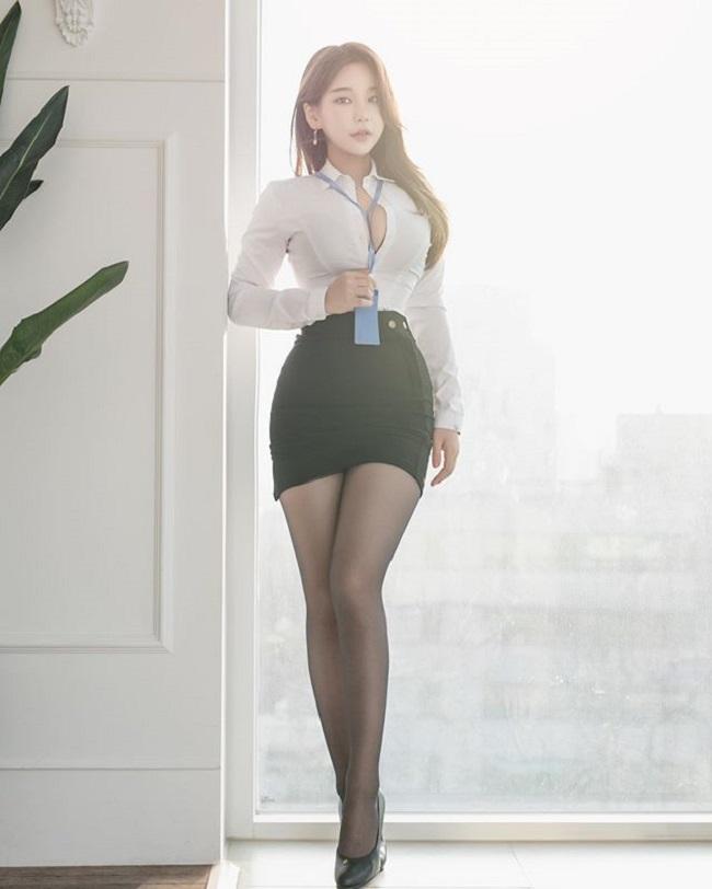 Nữ công sở hot nhất Hàn Quốc chăm mặc mốt bung cúc dễ gây mất tập trung - Hình 4