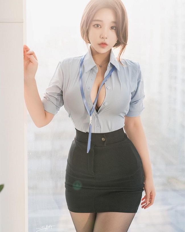 Nữ công sở hot nhất Hàn Quốc chăm mặc mốt bung cúc dễ gây mất tập trung - Hình 1