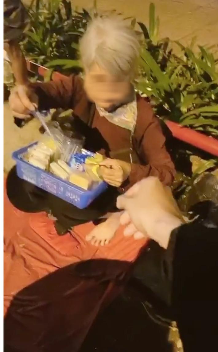 Một đoạn clip gây tranh cãi: Thấy bà cụ bán hàng rong bên đường liền chạy tới ủng hộ, nào ngờ đó là mẹ ruột từng đem mình cho người khác - Hình 3