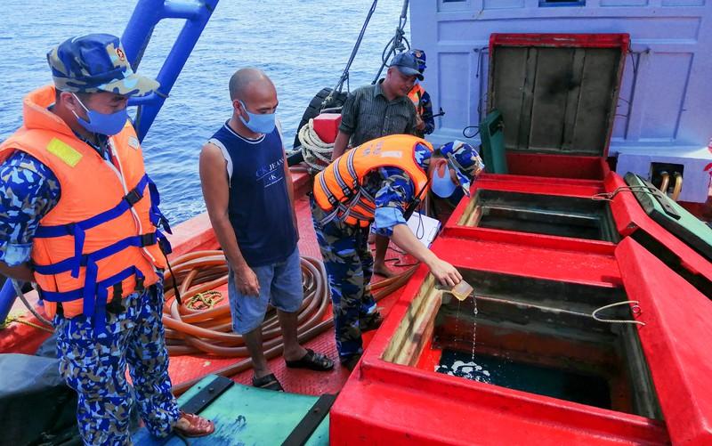 Cảnh sát biển 4 bắt 50.000 lít dầu lậu - Hình 2