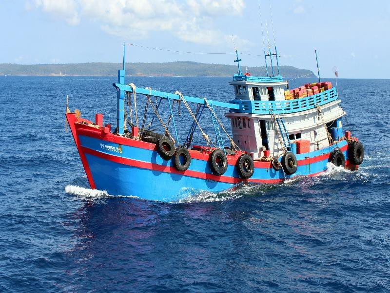 Cảnh sát biển 4 bắt 50.000 lít dầu lậu - Hình 1