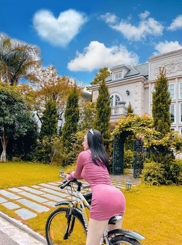 Đạp xe cũng khoe được vòng 3 khủng, hot girl đi đến đâu dân tình ngoái theo đến đó - Hình 4