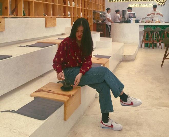 Diện toàn đồ cũ chụp hình, 9X được khen đẹp như diễn viên Hong Kong - Hình 5