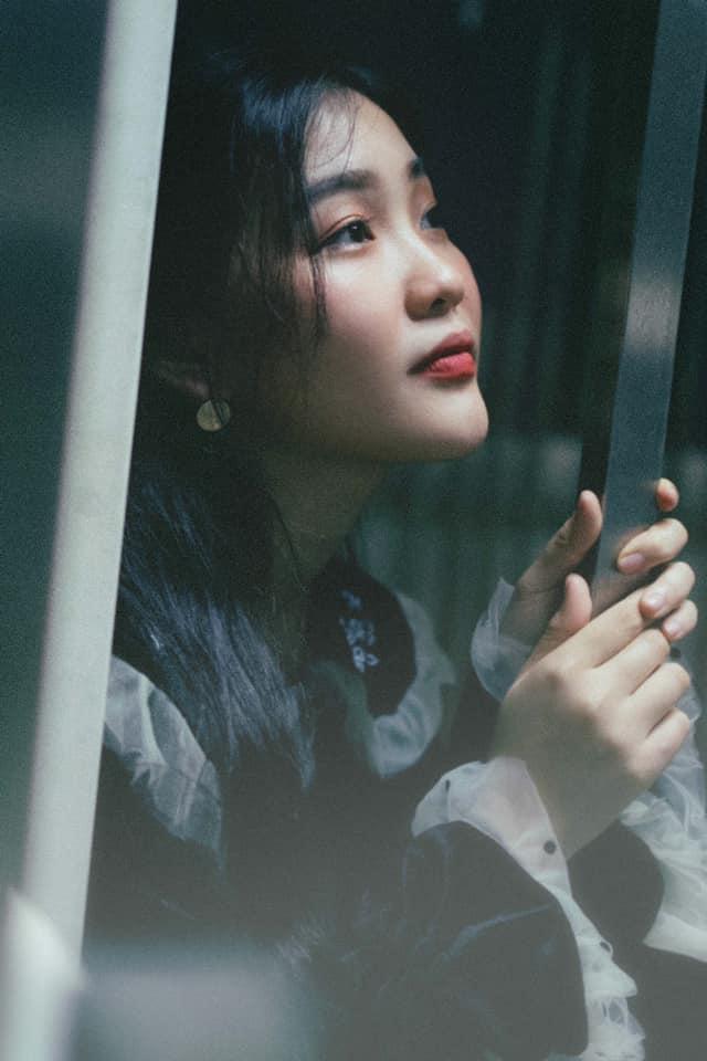 Diện toàn đồ cũ chụp hình, 9X được khen đẹp như diễn viên Hong Kong - Hình 9