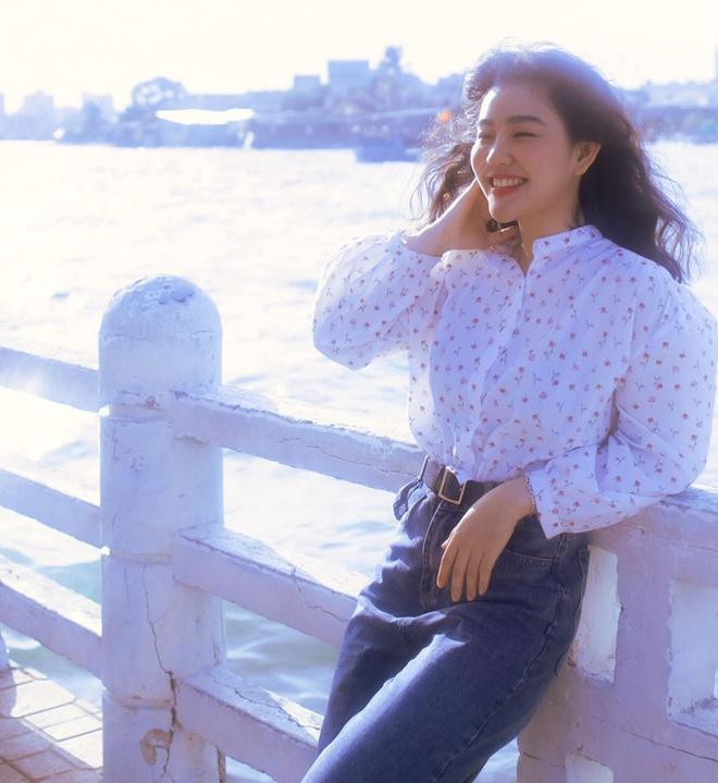 Diện toàn đồ cũ chụp hình, 9X được khen đẹp như diễn viên Hong Kong - Hình 3
