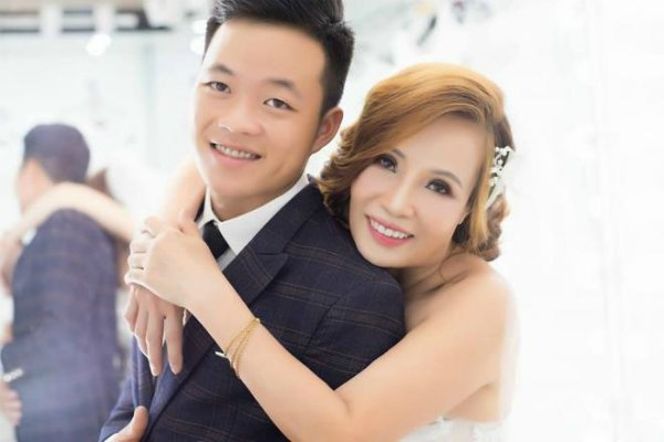 Sốc: Cô dâu 62 tuổi từ Cao Bằng vào Đồng Nai để động viên cô dâu 65 tuổi và chồng trẻ yêu nhau - Hình 15
